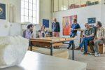 Der Musiker Eberhard Panitz (links) und der Künstler Alexander Kühn (rechts) unterhalten sich beim Atelierbesuch mit den Kwan-Ho Yuh-Zwingmann (von links), Fakko Brants, Dieter Christoph und Michael Zwingmann, die sich an der Straße Im Hammfeld 2 in Hemmingen-Westerfeld ihre Werkstatt teilen.